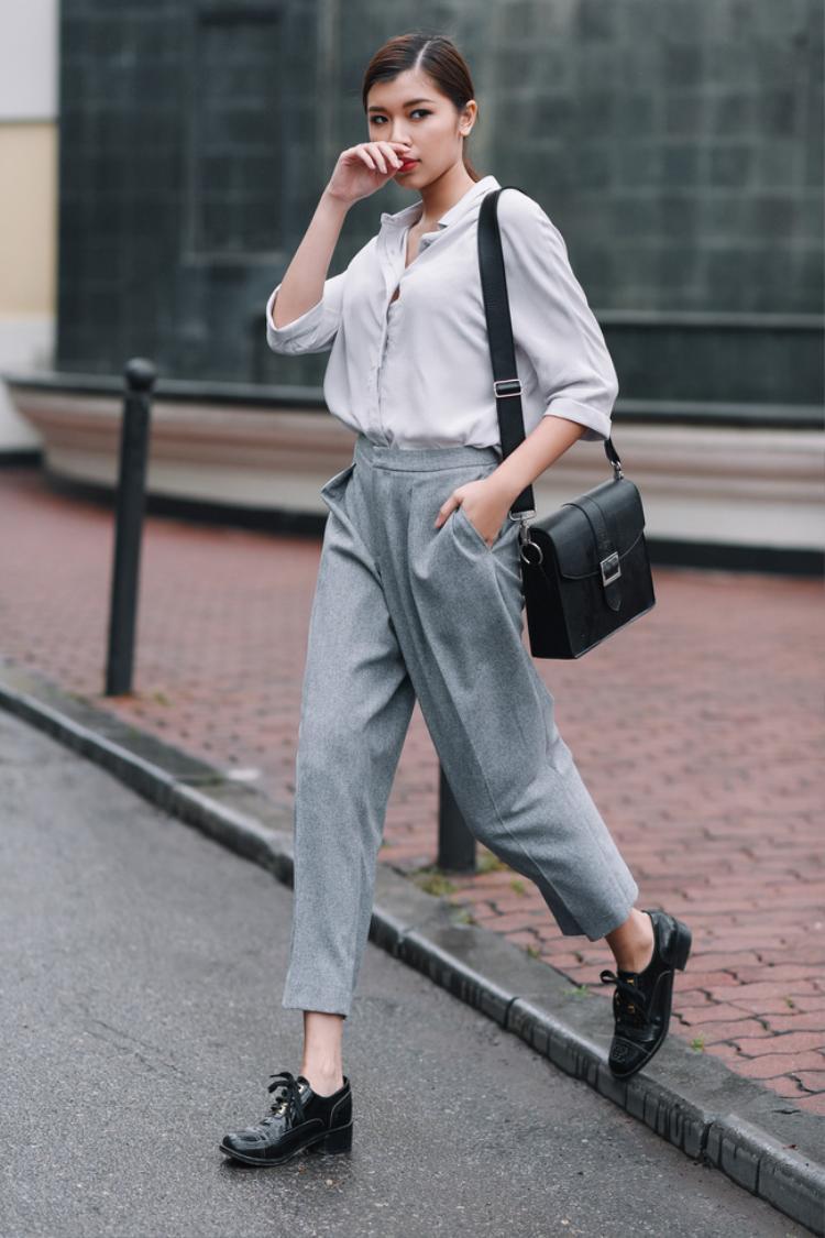 Đồng ánh Quỳnh cũng là một tín đồ trung thành của phong cách menswear. Sơ mi và quần âu chính là hai món đồ cơ bản và quen thuộc nhất của phong cách nam tính. Chỉ cần sơ mi đứng dáng và quần âu ống đứng nổi bật đường ly chạy dọc đã khiến Á quân the Face chất lừ.Phong cách menswear cũng cần tiết chế mọi phụ kiện rườm rà, nên các nàng chỉ cần túi xách da tối giản và giày oxford, loafer bệt… là đủ.