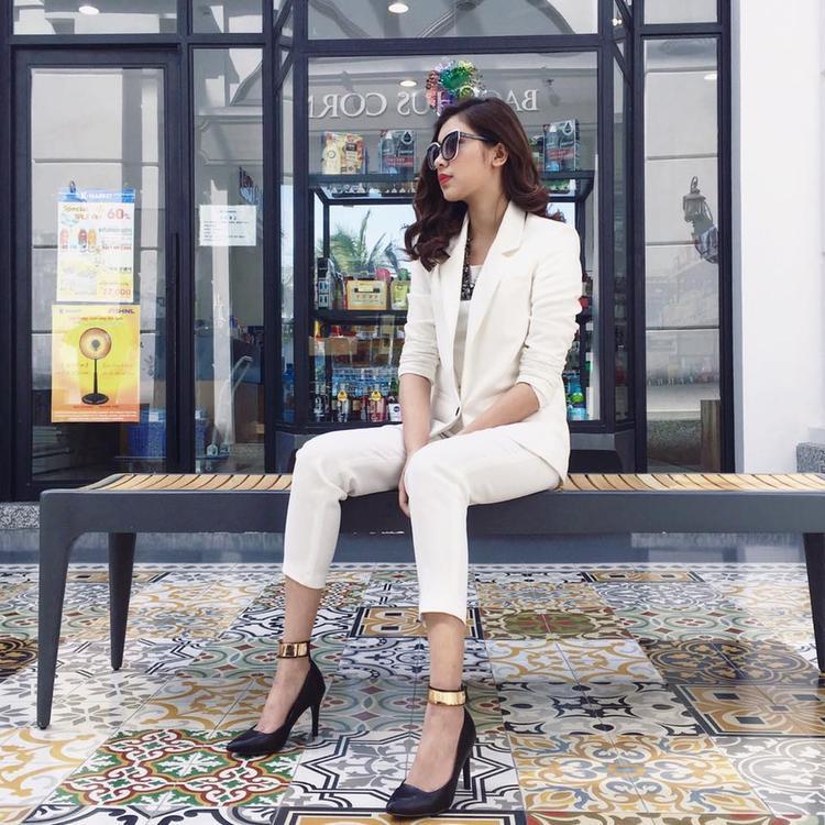 Đồng Ánh Quỳnh cực kì thu hút trong trang phục vest trắng và giày cao gót với phần quai mạ ánh vàng bắt mắt.