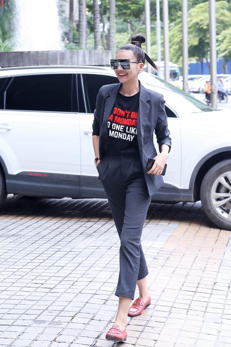 """Siêu mẫu Thanh Hằng là một trong những tín đồ thường xuyên diện menswear. Nhắc đến phong cách menswear mà không kể đến Thanh Hằng là một thiếu sót lớn. Trong bức ảnh, có thể thấy siêu mẫu đình đám vô cùng """"chuẩn men"""" với set áo thun phối cùng quần âu và áo vest cùng set."""