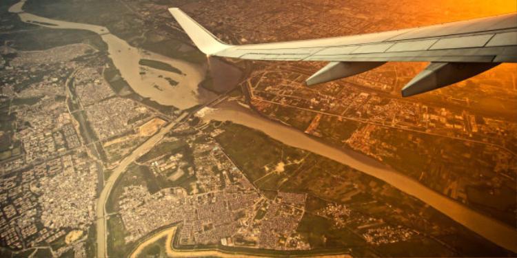 Người dân sống gần khu vực sân bay ở Delhi, Ấn Độ thường xuyên bị phân người rơi trúng đầu.