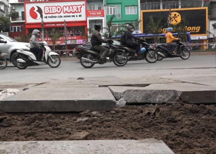 Một số điểm mới hoàn thành việc lát đá tự nhiên nhưng đã bị hư hại. Ảnh:Trần Quang.