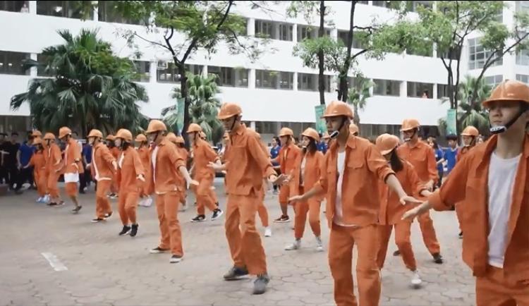 Nhảy flashmob là phải chất như sinh viên Đại Học Xây Dựng trong clip này