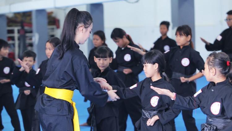 """Các em nhỏ rất hào hứng học võ từ """"cô giáo"""" xinh đẹp."""