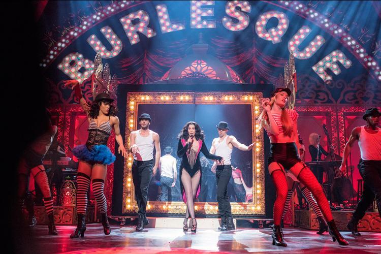 Và tất nhiên cũng không thể thiếu huyền thoại nhạc Pop: Cher.