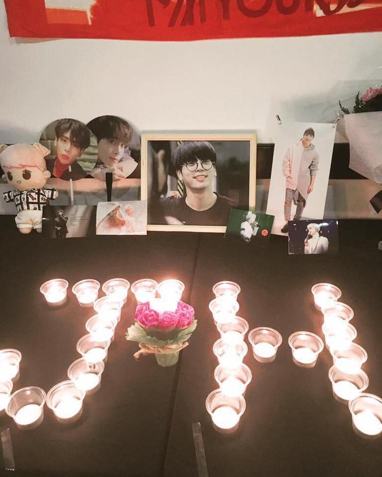 Hàng trăm fan khóc thương Jonghyun (SHINee) ở buổi lễ tưởng niệm tại TP.HCM