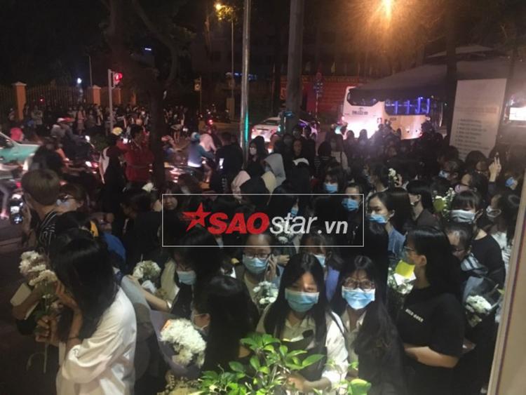 Người hâm mộ Jonghyun và SHINee đứng chật cứng tại nơi tổ chức buổi tưởng niệm.