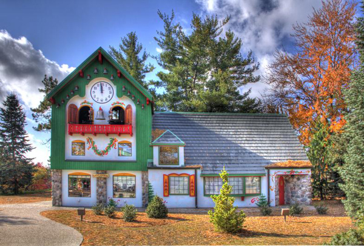 Charles W. Howard Santa Claus ở bang Michigan (Mỹ) là ngôi trường lâu đời nhất đào tạo các ông già và bà già Noel. Năm 1937, ông Charles W. Howard thành lập ngôi trường này ở Albion, New York. Sau khi ông qua đời năm 1966, ngôi trường được hai học viên là cặp vợ chồngMary Ida và NateDoan tiếp quản. Sau đó, ngôi trường được chuyển đến Midland, Michigan.