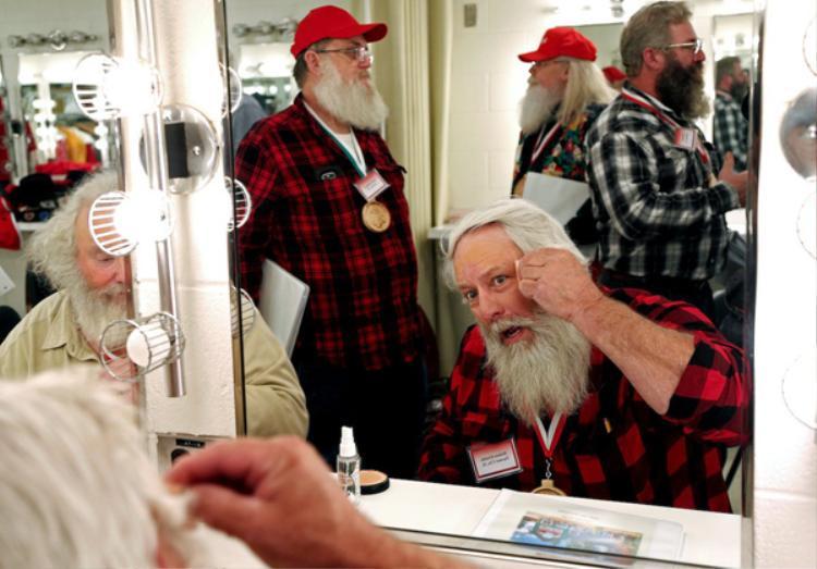 Để trở thành một ông già Noel đúng chuẩn, các học viên phải giữ mái tóc cùng bộ râu trắng phơ. Bên cạnh đó, họ thường dùng tinh dầu bạc hà để tạo mùi thơm dễ chịu cho bộ râu của mình.