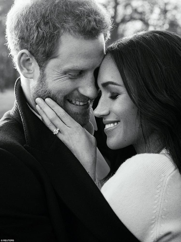 Ngoài bộ đầm xuyên thấu, Meghan còn diện chiếc áo chui đầu màu kem của Victoria Beckham. Trong mỗi bức ảnh đính hôn, hoàng tử Harry và Meghan đều toát lên sự tươi trẻ, tràn ngập tình yêu thương, hạnh phúc của hai người.