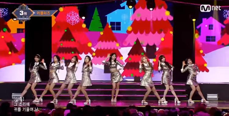 Bên cạnh đó, một girlgroup khác là Lovelyz cũng đeo dải băng đen trước ngực.