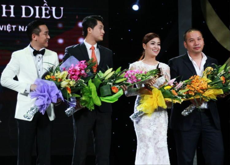 Đạo diễn Quang Huy và dàn cast nhận giải Cánh diều vàng 2013.