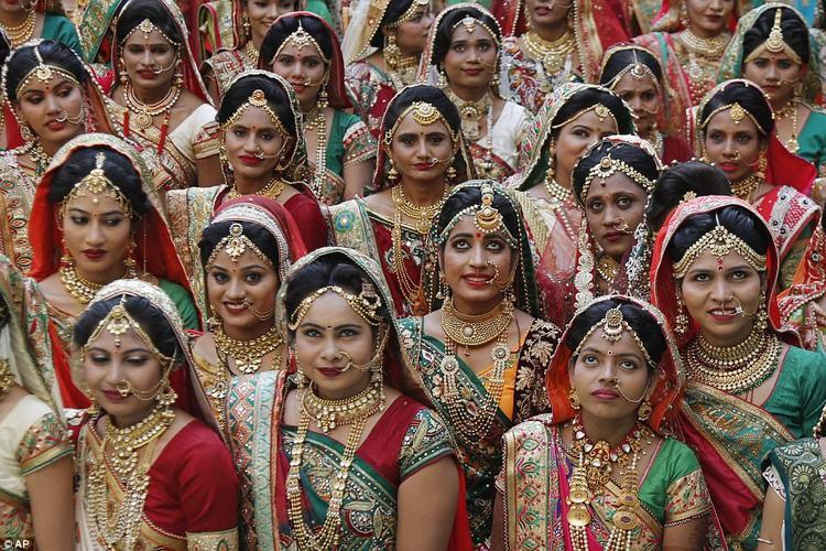 Lễ kết hôn tập thể được tổ chức vào hôm 24/12 tại Surat, Ấn Độ.