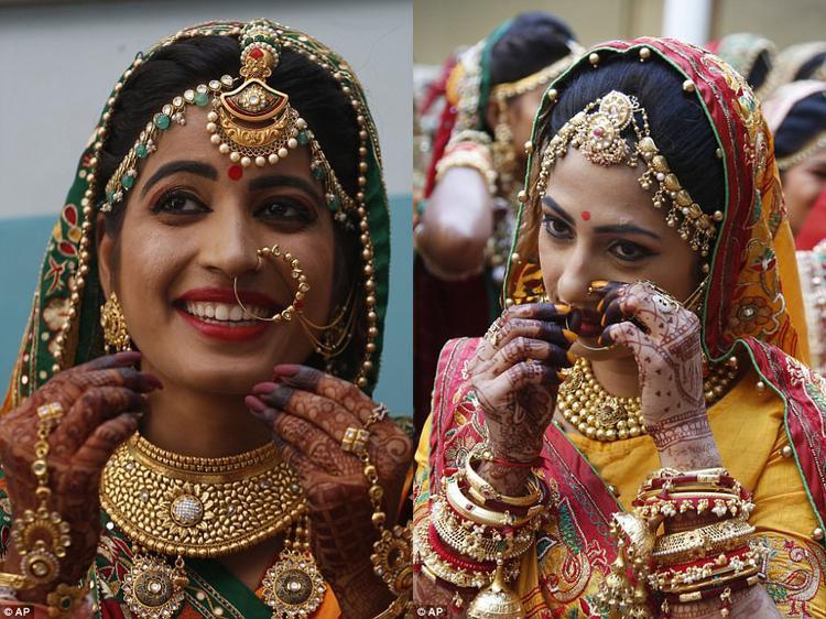 Nụ cười rạng rỡ của các cô dâu trong đám cưới.