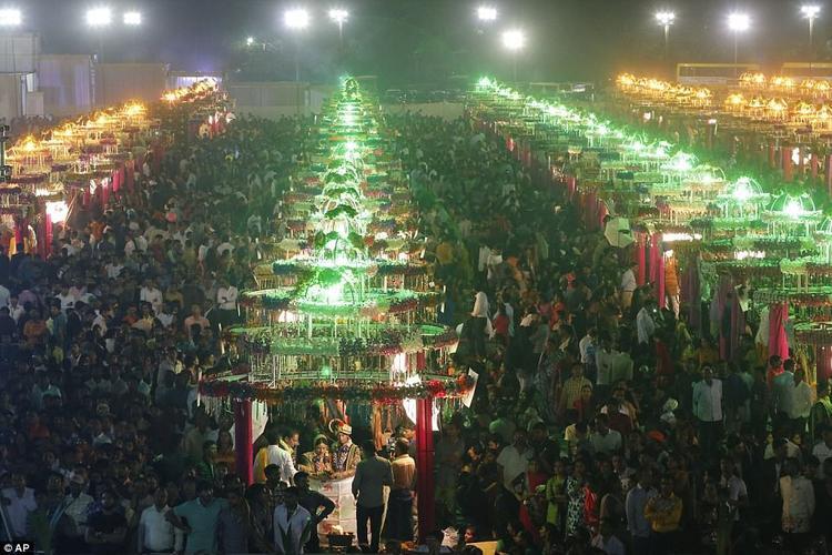 Hàng ngàn người đã tới Surat để chứng kiến hôn lễ.
