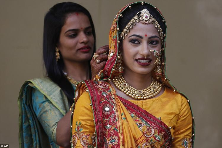 Ông Mahesh Savani còn chuẩn bị quà tặng bằng vàng và đồ dùng bao gồm ghế sofa, giường, trị giá 7.400 USD cho mỗi cô dâu để giúp họ bắt đầu cuộc sống hôn nhân.