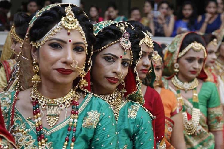Tại Ấn Độ, việc tổ chức đám cưới vô cùng tốn kém. Thông thường, cô dâu sẽ phải có một khoản tiền sính lễ trước khi về nhà chồng. Vì vậy, với những cô gái đã sớm mất cha, việc này thực sự rất khó khăn.