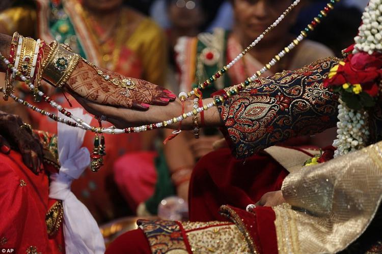 """Chia sẻ về đám cưới năm nay, ông Mahesh Savani nói: """"Tôi nên có trách nhiệm với những 'người con gái' của mình. Lần này, tôi còn có thêm sự giúp đỡ của nhà kinh doanh bất động sản Sanjay Movaliya""""."""