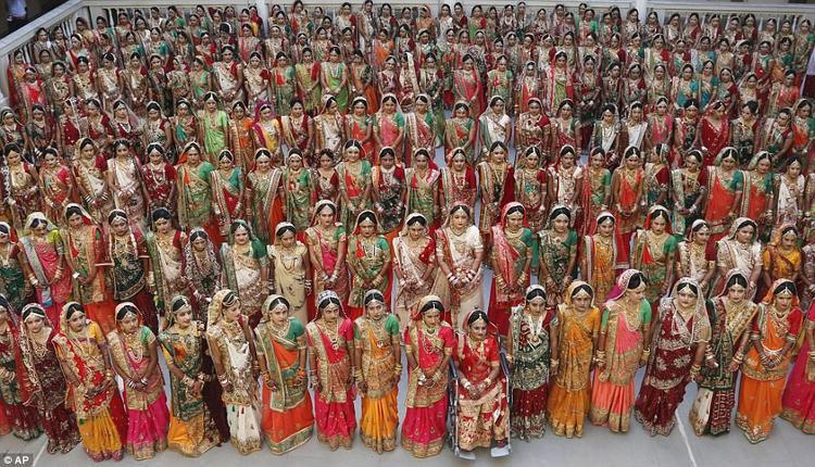 Hàng trăm cô dâu trong trang phục váy cưới truyền thống cùng với đồ trang sức sang trọng có mặt tại buổi lễ. Họ đều là những cô gái trẻ sớm mất cha đẻ.