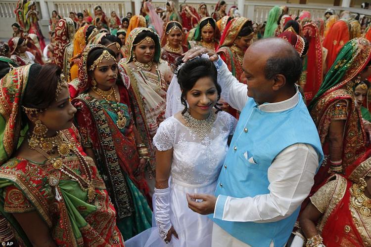 Thương nhân giàu có Mahesh Savani bên cạnh một cô dâu xinh đẹp.