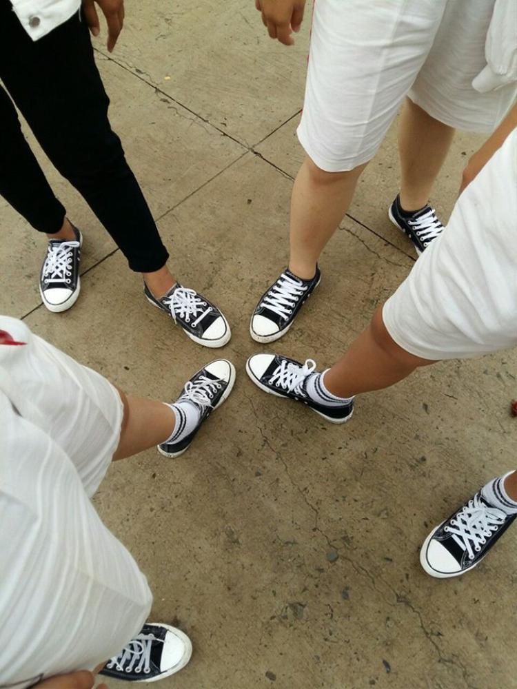 """Không chỉ mang giày chất mà anh em mình còn cùng nhau """"thắt dây giày"""" cho thật điệu nghệ (Ảnh: Gia Thoại)"""