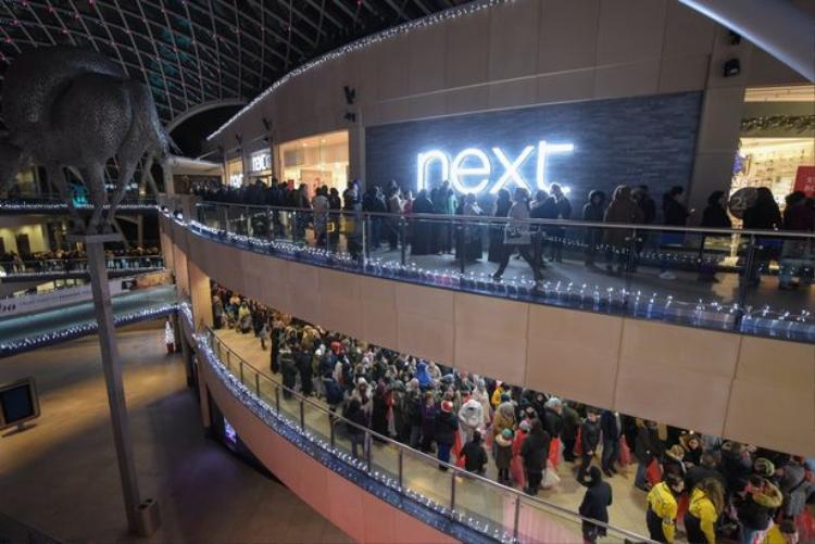 Người dân xếp hàng dài ở trước lối vào cửa hàng Next tại trung tâm mua sắm Trinity ở Leed, nước Anh.