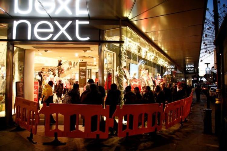 Khung cảnh trước một cửa hàng tại London, Anh.