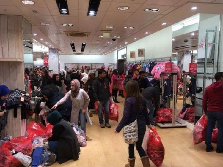 Người dân tranh nhau mua sắm tại một cửa hàng tại Nottingham, Anh.