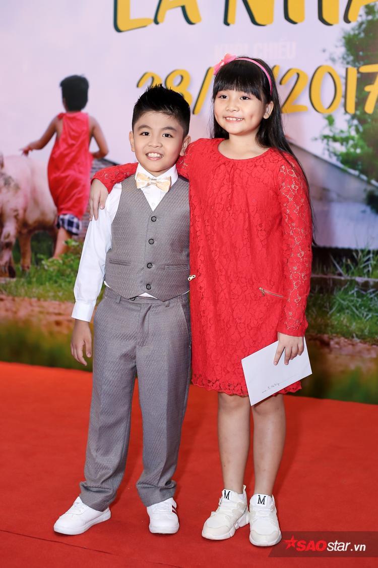 """Bé Duy Anh - con trai của Lương Mạnh Hải trong phim, cùng với bé Hà Mi của """"Cô gái đến từ hôm qua""""."""