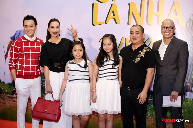 Đây là một bộ phim về gia đình nên vợ chồng Thúy Hạnh - Minh Khang dẫn các bé đi xem.