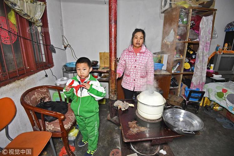 Căn nhà nhỏ đơn sơ chẳng có mấy món đồ giá trị. Mỗi tháng gia đình chị Lí phải trả 400 NDT (gần 1,4 triệu đồng) tiền thuê nhà, trong khi đó, thu nhập của cả nhà chẳng đáng là bao. Trước đây, chồng chị Lí làm thêm tại một cửa hàng bán xe đạp điện với mức lương 1.000 NDT (hơn 3 triệu đồng) mỗi tháng nhưng kể từ khi Trung Quốc cấm sử dụng loại xe này, anh cũng đổi đủ nghề.
