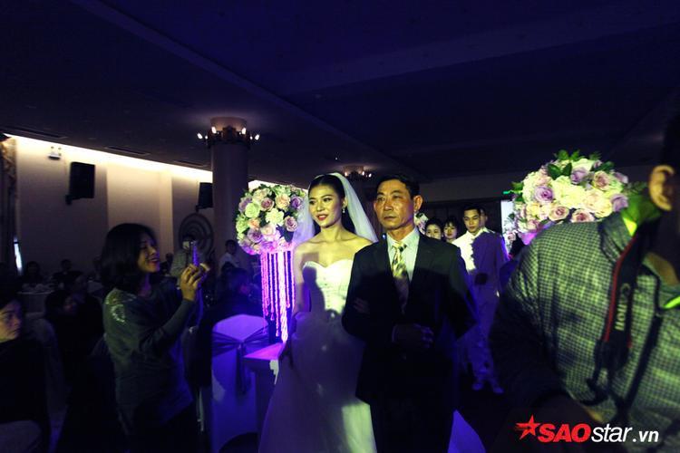 Cô dâu Chúng Huyền Thanh được hộ tống vào lễ đường.