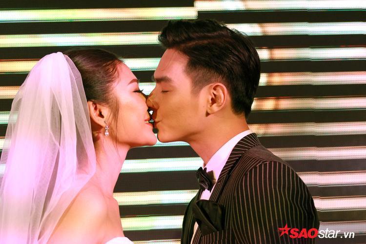 Cô dâu chú rể trao nhau nụ hôn ngọt ngào.