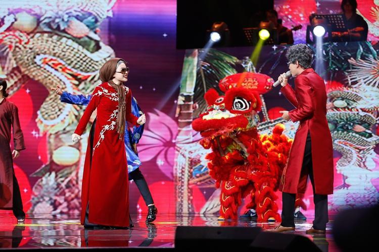 Cả hai không ngại khi vào vai ông bà cụ già lưng còng, vừa hát vừa lom khom bước trên sân khấu.