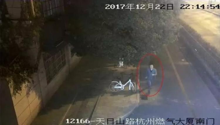 Anh này giả vờ chạy theo chiếc xe qua đường nhằm che mắt công an.