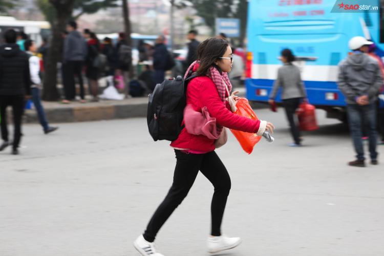 Tranh thủ được nghỉ 3 ngày liên tiếp, nhiều bạn trẻ hối hả ra bến xe với hy vọng bắt kịp chuyến về quê trong dịp nghỉ Tết dương lịch.