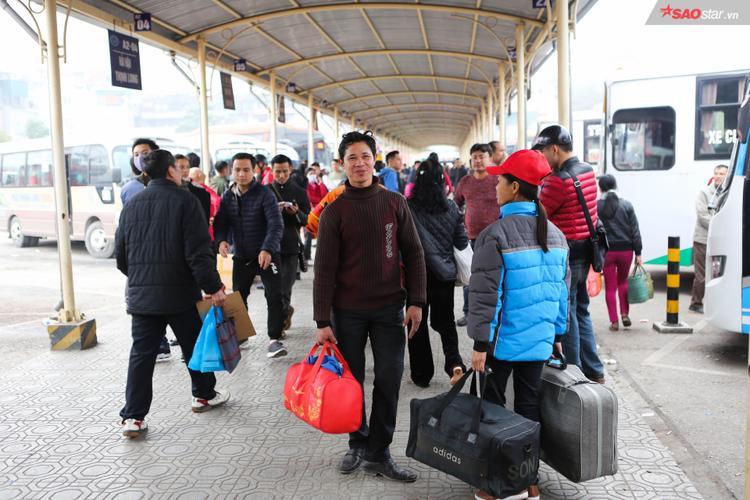 Người dân tay xách nách mang chuẩn bị về về quê hoặc đi du lịch.