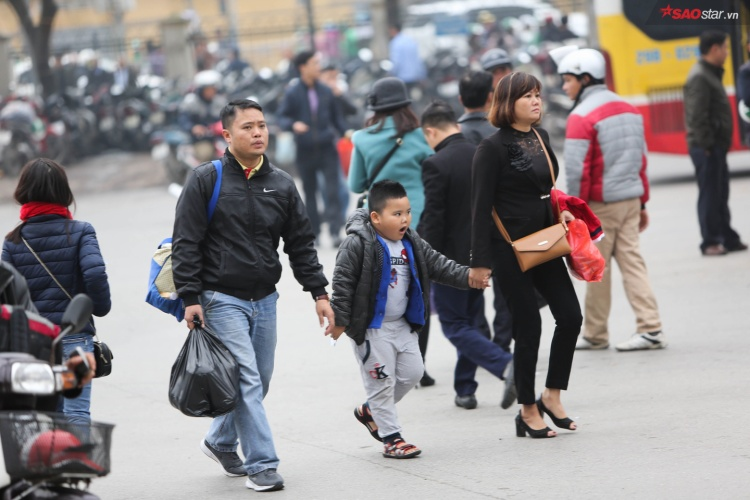 Khoảng 17h chiều 29/12, hàng nghìn người dân đang sinh sống và làm việc tại Hà Nội xách hành lý, đổ về bến xe.