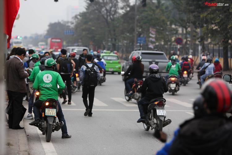 Dòng người đổ về các bến xe mỗi lúc một đông.