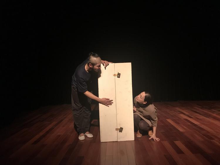 """NSND Lê Khanh cho rằng ngôn ngữ, hình ảnh ước lệ được sử dụng trong vở kịch chính là cơ hội để bản thân được trẻ lại, trở về độ tuổi 18, cùng các em sinh viên năm cuối Đại học Sân khấu & Điện ảnh Hà Nội """"cháy"""" hết mình trên sân khấu nghệ thuật."""