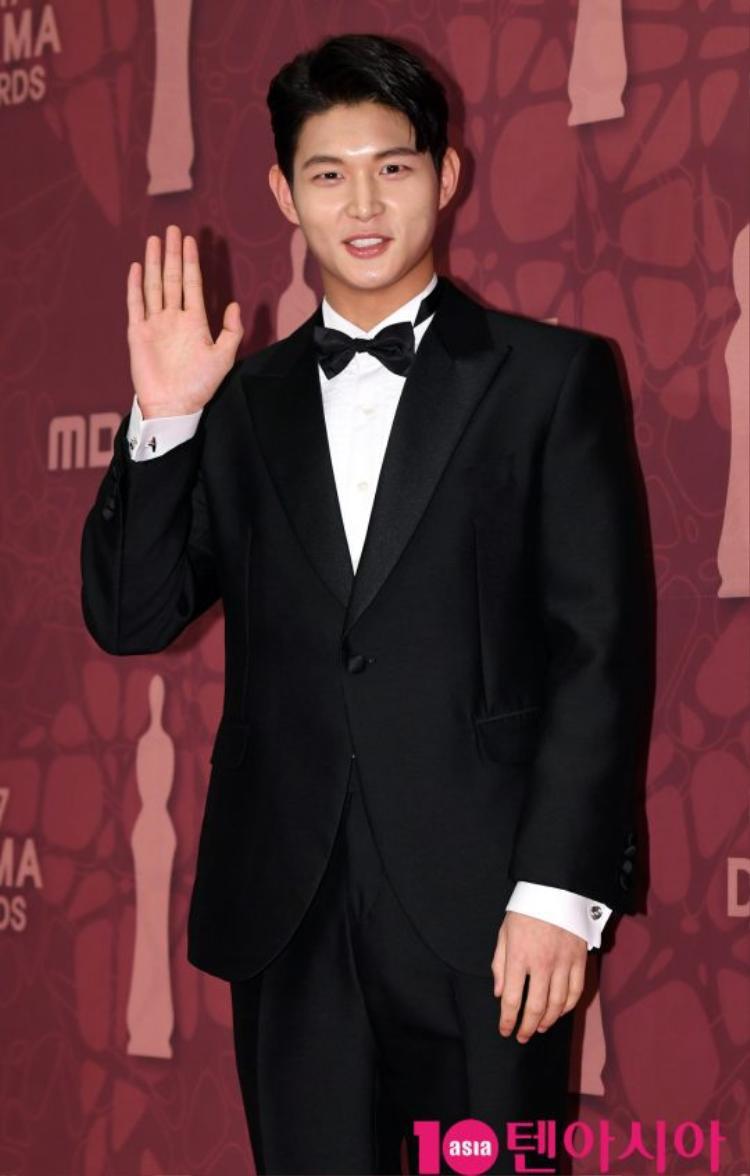 Nam diễn viên Lee Seo Won xuất hiện với nụ cười rạng rỡ.