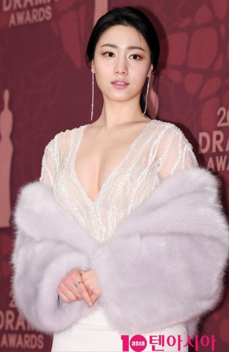 Nữ diễn viênRyu Hyo Young gợi cảm với bộ đầm trắng xuyên thấu lộ vòng 1 quyến rũ.