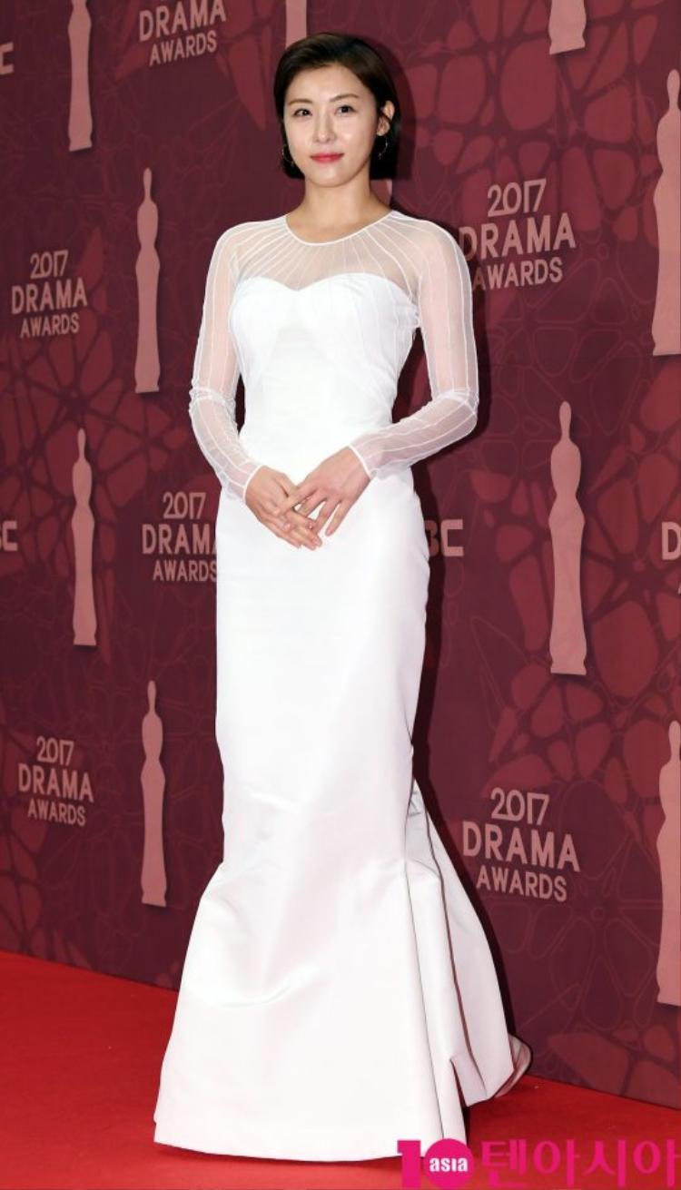 Ha Ji Won chứng minh vẻ đẹp không tuổi khiến fan đổ gục.