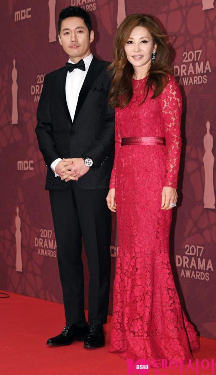 Jang Hyuk - Lee Mi-sook cùng sánh bước trên thảm đỏ.