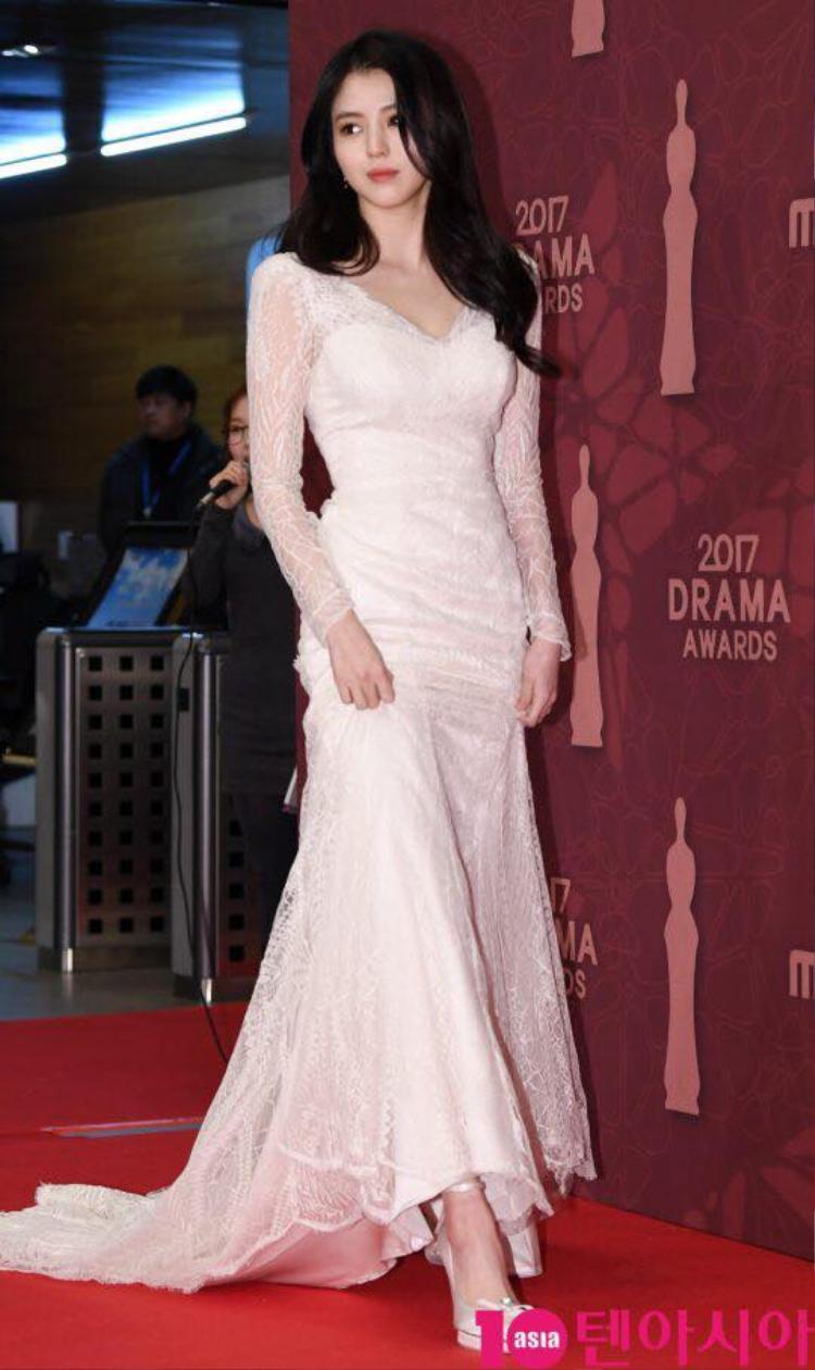 Han Soo Hee ngọt ngào với bộ đầm phối ren mềm mại.
