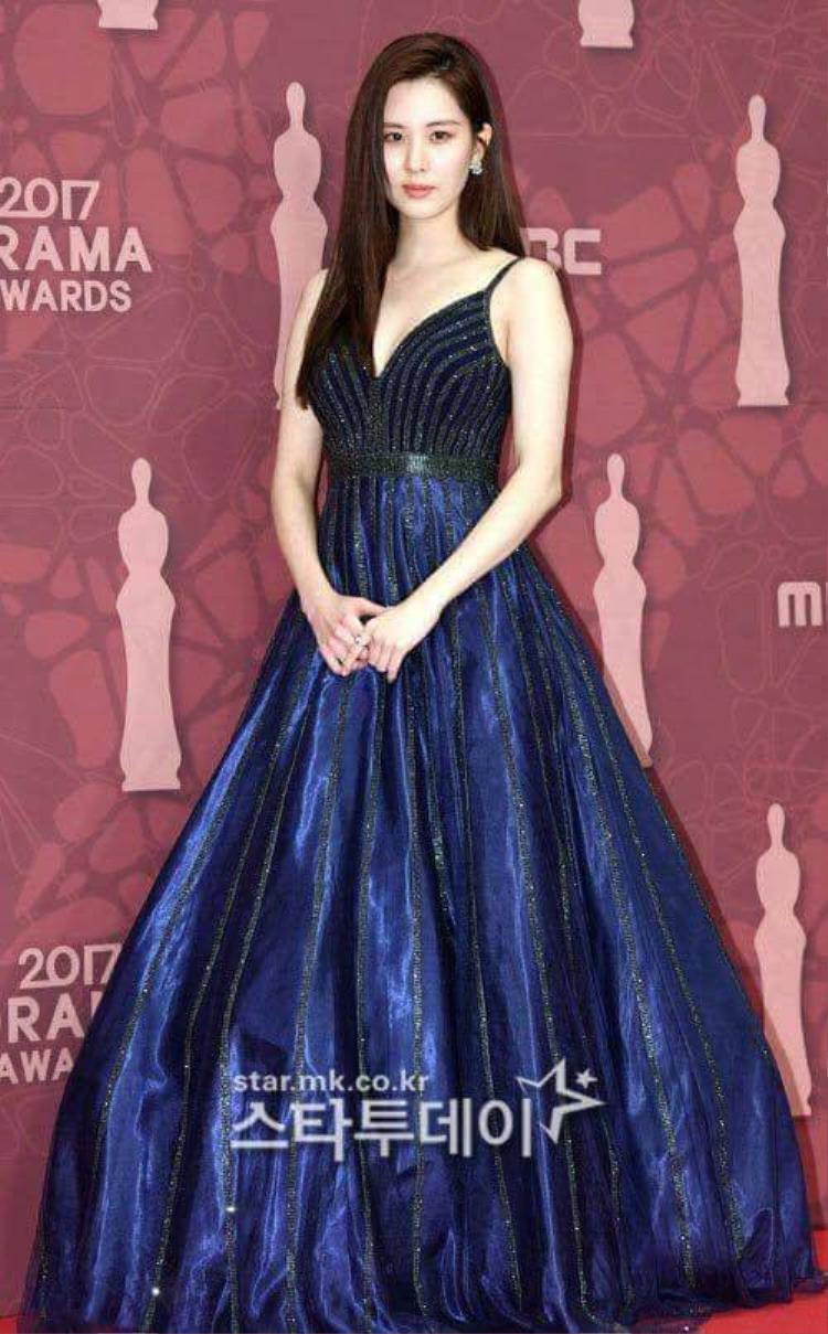 Cựu thành viên SNSD Seohyun xuất hiện trong bộ đầm xanh nổi bật như nữ thần, thu hút mọi ánh nhìn.