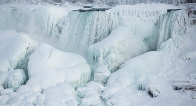 Thác nước Nicaragua, thắng cảnh nổi tiếng nằm ở biên giới Mỹ Canada đã biến thành cột băng khổng lồ trong điều kiện nhiệt độ thấp. (Ảnh: Sputnik)