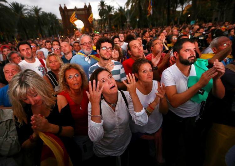 Phản ứng của người dân khi xem một phiên họp quốc hội vùng Catalan qua màn hình khổng lồ tại một cuộc biểu tình ủng hộ việc xứ Catalan tuyên bố độc lập đơn phương khỏi Tây Ban Nha. Cuộc biểu tình diễn ra ở Barcelona ngày 10/10.