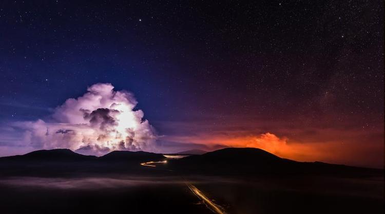 Cảnh dung nham nóng chảy chảy từ Piton de la Fournaise, một trong những ngọn núi lửa hoạt động mạnh nhất trên đảo Reunion của Ấn Độ Dương, vào ngày 3/2.