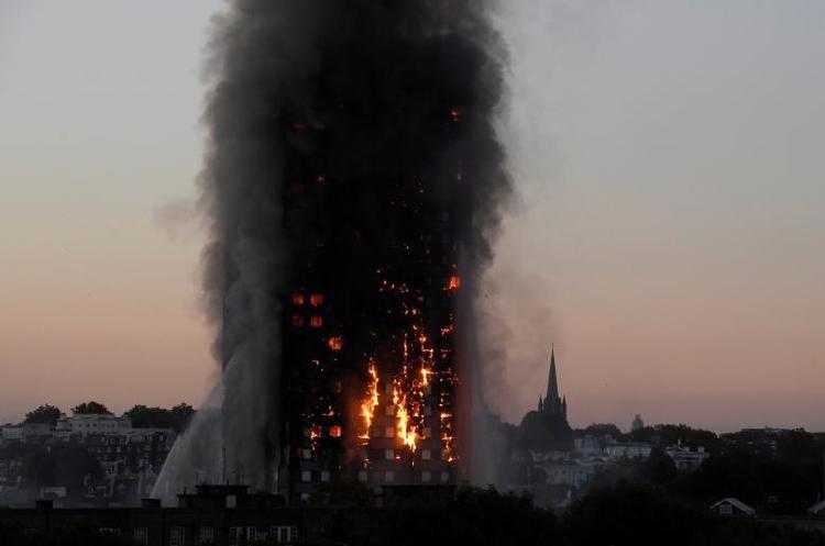 Lửa và khói bốc lên nghi ngút khi đội cứu hỏa đối phó với vụ cháy kinh hoàng ở tòa nhà Grenfell Tower cao 24 tầng ở London (Anh) vào ngày 14/6. Vụ hỏa hoạn khiến 79 người thiệt mạng, 74 người nhập viện và hàng chục người khác mất tích. Sau vụ cháy cơ quan an toàn phòng chống cháy nổ Anh thực hiện nhiều biện pháp kiểm soát các tòa cao tầng, trong đó ghi nhận 34 tòa nhà ở cả Manchester và Portmouth không đạt được tiêu chuẩn.
