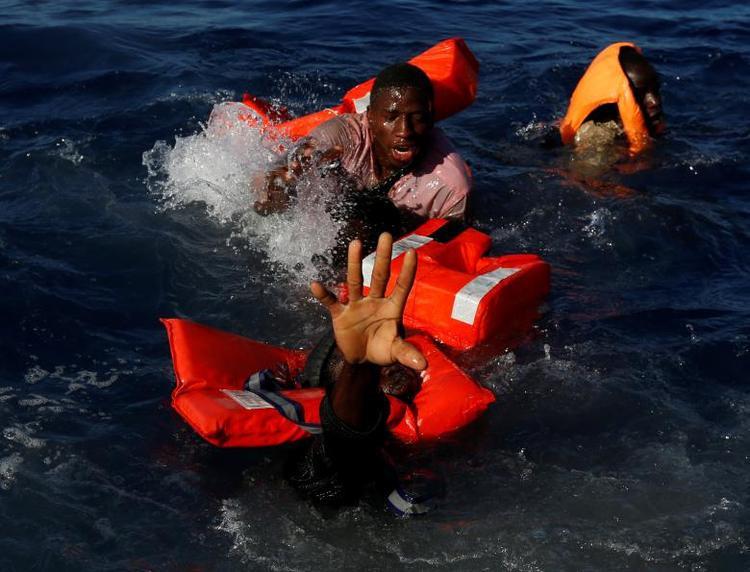 Những người di cư cố nổi người lên khỏi mắt nước sau khi rơi khỏi xuồng cao su của Trạm Cứu trợ Xa bờ Người di cư (MOAS) trên biển Địa Trung Hải ngày 14/4 , Tất cả 134 người di cư đã được MOAS cứu sống trong hành trình vượt biên tìm miền đất hứa. Đến năm 2017, Liên Hợp Quốc vẫn khẳng định thế giới đang chứng kiến các luồng di cư lớn chưa từng có, với con số kỷ lục hơn 65,6 triệu người chạy khỏi những khu vực chiến tranh và khủng hoảng.